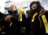 刘晓波支持者手持黄丝带,在法庭外抗议示威