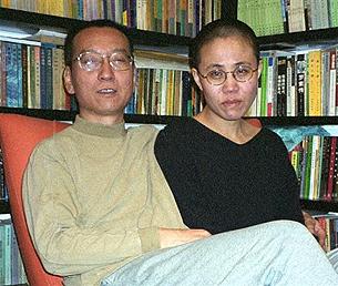 因发起零八宪章而被拘押的北京学者刘晓波(右者为其妻刘霞)