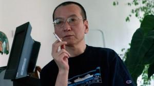图:几十年来,刘晓波致力于改善中国人权。1989年他曾在北京天安门广场领导学生进行节食示威。