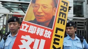 图:香港警察正在对一场声援刘晓波的游行示威进行监控
