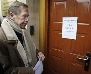 捷克前总统哈维尔6日前往布拉格中国大使馆,递交抗议信