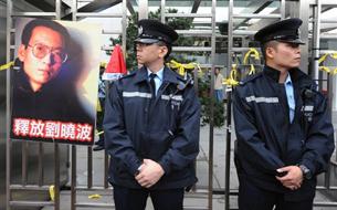 示威者在香港中联办门外绑上黄丝带声援刘晓波(2009年12月25日法新社照片)