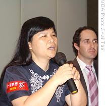 记者协会主席麦燕庭(左)