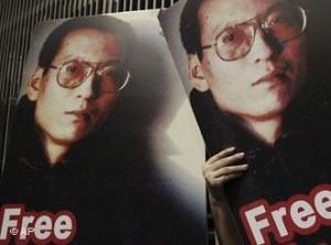 2009年10月23日香港民众高举刘晓波照片走上街头